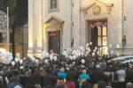Paternò, palloncini per Cinzia Palumbo e i suoi angeli: folla ai funerali delle vittime