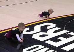 Simpatica sfida a margine di una partita di basket negli Stati Uniti