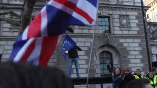 Londra dimostrante vuole bruciare la bandiera della ue ma