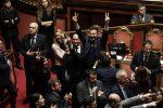 I senatori della Lega e del Movimento 5 Stelle festeggiano il risultato del voto di fiducia sulla legge di bilancio