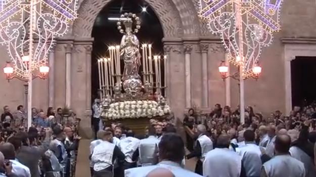 Folla di fedeli alla processione dell'Immacolata a Palermo, il video da piazza San Domenico