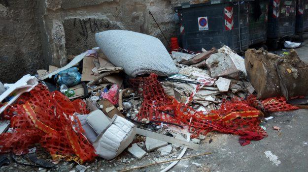 Palermo, materassi e scarti edili davanti a una chiesa: le foto dei rifiuti in via San Cristoforo