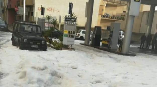 Pioggia e grandine nel Messinese: disagi a Furci Siculo e spiagge imbiancate a Roccalumera