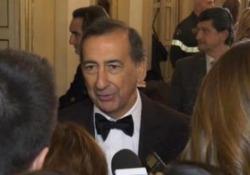 Nel foyer della Scala tra uomini politici, signore con la coroncina in testa e mise eleganti