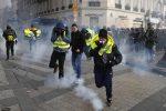 """I gilet gialli """"infiammano"""" Parigi: scontri e auto a fuoco sugli Champs-Elysees, 500 arresti"""