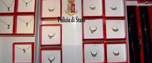 Mafia, pistola e gioielli sequestrati nella gioielleria di Mineo a Palermo: le immagini