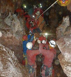 Speleologa ferita bloccata a 100 metri di profondità in una grotta nelle Madonie