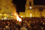 """Giarre, il rogo al ceppo natalizio non frena l'entusiasmo: acceso lo """"zucco"""" in piazza Duomo"""