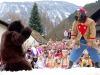 La lotta tra lorso e il suo domatore al Carnevale Schellerlaufen di Nassereith © Tirol Werbung