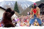 La lotta tra l'orso e il suo domatore al Carnevale Schellerlaufen di Nassereith © Tirol Werbung