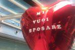 Catania, la aspetta in aeroporto e le chiede di sposarlo: lei dice di no e scappa