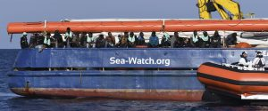 La Guardia Costiera consegna viveri alla Sea Watch
