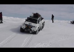 Andiamo a provare le gomme in Groenlandia Sette uomini, tre veicoli e 5.000 chilometri di ghiaccio. La spedizione islandese-americana ha guidato dalla costa del sud della Groenlandia fino al punto più a nord della regione e ritorno in 20 giorni. Ecco com'è andata l'avventura della  Exped...