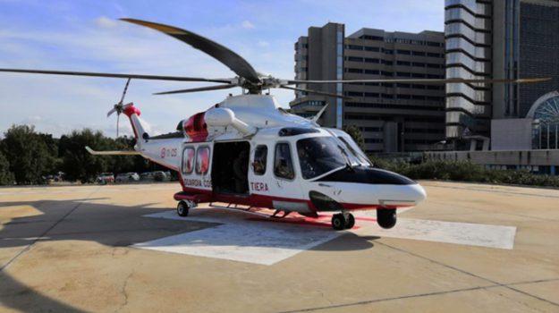 Agrigento, cade dal peschereccio e si spacca la testa: marittimo soccorso in elicottero