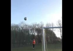 Brian Mengel, centrocampista della squadra danese del Kolding, ha segnato da dietro la porta con un gioco di gambe