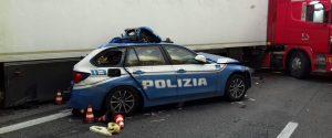 Una pattuglia della polizia stradale e un veicolo che stavano soccorrendo sono stati travolti da un Tir