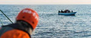 """L'ong tedesca Sea Eye soccorre 64 migranti: """"Ora porto sicuro in Italia"""". Salvini: """"Vada ad Amburgo"""""""