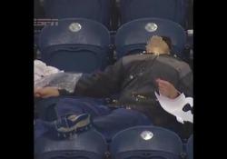 A questo tifoso non è piaciuta molto la partita tra Oklahoma City Thunder e Philadelphia 76ers