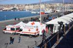 L'attesa al molo di Levante nel porto di Catania in attesa dell'arrivo della Sea Watch