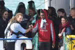 I migranti accolti dai soccorritori e volontari