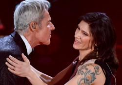 Omaggio a Luigi Tenco, a Sanremo il duetto di Elisa con Claudio Baglioni