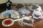 Avvista i carabinieri dalla finestra e butta la droga sul tetto: un arresto a Riposto