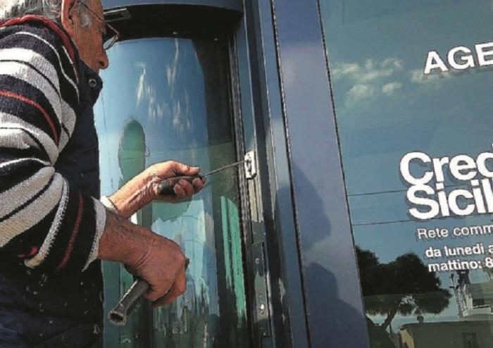 Messina colla nelle saracinesche di negozi e banche in for Negozi arredamento messina