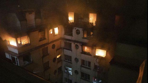 donna psicopatica arrestata parigi, incendio parigi, Sicilia, Mondo