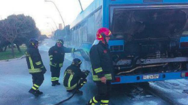 bus incendio Calatafimi, bus Segesta a fuoco, calatafimi, Trapani, Cronaca