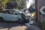 parte frontale dell'auto compleamente distrutta nell'impatto durante l'incidente in viale margherita di savoia