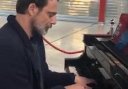 L'attore si è esibito nello scalo romano, poi ha postato il video sul suo profilo Instagram