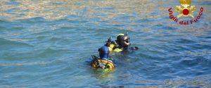 Sommozzatori nel mare del porticciolo