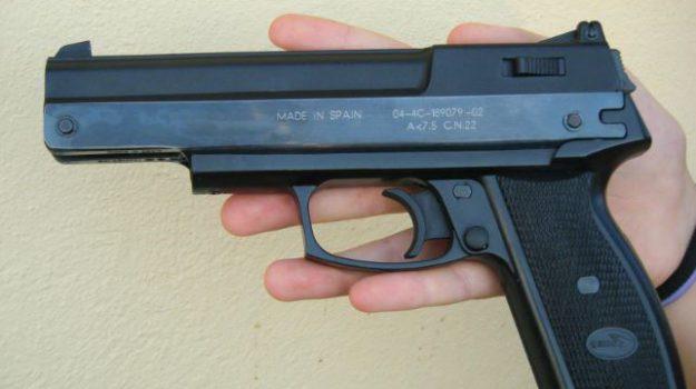 agente immobiliare catania, pistola giocattolo catania, Catania, Cronaca