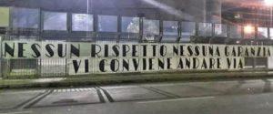 Uno striscione affisso nei giorni scorsi davanti allo stadio