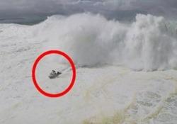 Il surfista, 41 anni, si è trovato in una brutta situazione