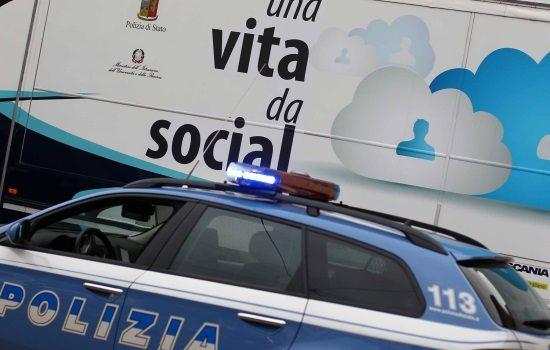 una vita da social, Sicilia, Società
