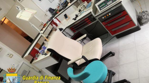 falso dentista, guardia di finanza, odontotecnico, Ragusa, Cronaca