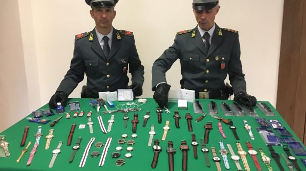coltelli, contraffazione, orologi, Catania, Cronaca
