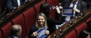 Cartelli della Lega con scritto ''la difesa e' sempre legittima'' durante la votazione della proposta di legge su modifiche al codice penale