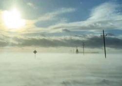 Dov'è finita la strada? Il viaggio in auto sembra sulle  nuvole A bordo della sua auto Carol Bauer filma gli effetti del cosiddetto «ciclone bomba» nel Minnesota - CorriereTV
