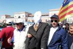 """Protesta del latte, """"fantoccio"""" politico lanciato in mare a Catania"""