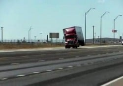 Folata di vento in autostrada: l'autoarticolato si alza in aria L'incidente ripreso a Amarillo, negli Usa - CorriereTV