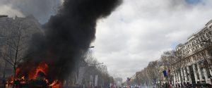 Tornano i gilet gialli a Parigi, negozi saccheggiati e devastazioni sugli Champs-Elysees