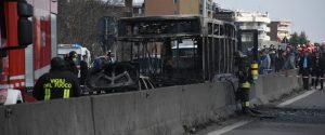 """Sequestra un bus pieno di studenti e gli dà fuoco: """"Fermate le morti nel Mediterraneo"""""""
