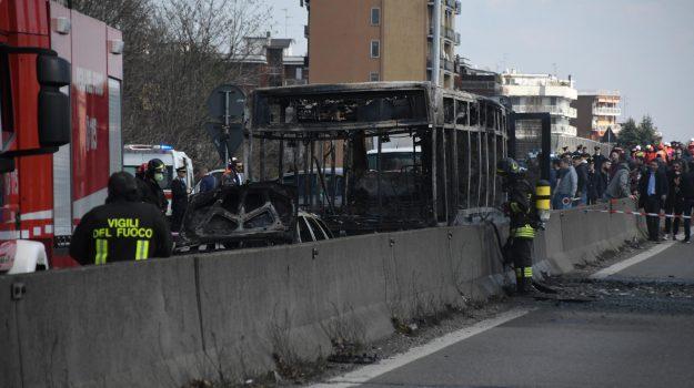 Incendio bus a Milano, San Donato Milanese, Ousseynou Sy, Sicilia, Cronaca