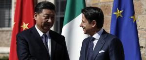 La stretta di mano fra il premier italiano Giuseppe Conte e il presidente cinese Xi Jinping