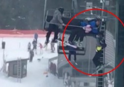 Il bimbo appeso alla seggiovia salvato dai teenager con un rete di recinzione La brutta avventura a Grouse Mountain,   in Canada - CorriereTV