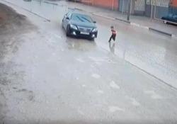Il bimbo distratto attraversa la strada e viene sfiorato dall'auto in corsa Salvo per un soffio: il video arriva da Groznyj, capitale della Cecenia - CorriereTV