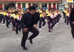 Il preside che ogni giorno balla con i suoi 700 alunni Nelle scuole cinesi, gli esercizi mattutini sono obbligatori. Il preside Zhang Pengfei trasforma il dovere in piacere - CorriereTV