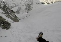 L'alpinista inciampa e vola giù per il canalone Le riprese sul Rysy al confine tra Polonia e Slovacchia - CorriereTV